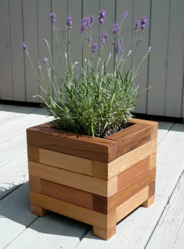 Vaso di legno pallet posizionato in giardino, vaso di legno con fiori di lavanda
