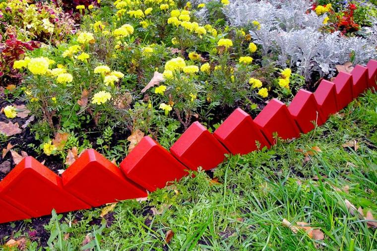 abbellire giardino con pietre mattoni rossi prato verde erba fiori piante