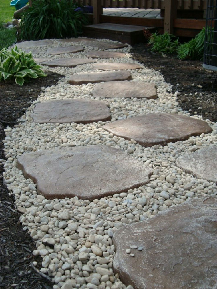 abbellire giardino con pietre sentiero camino pietra ghiaia scale legno recinzione fiori