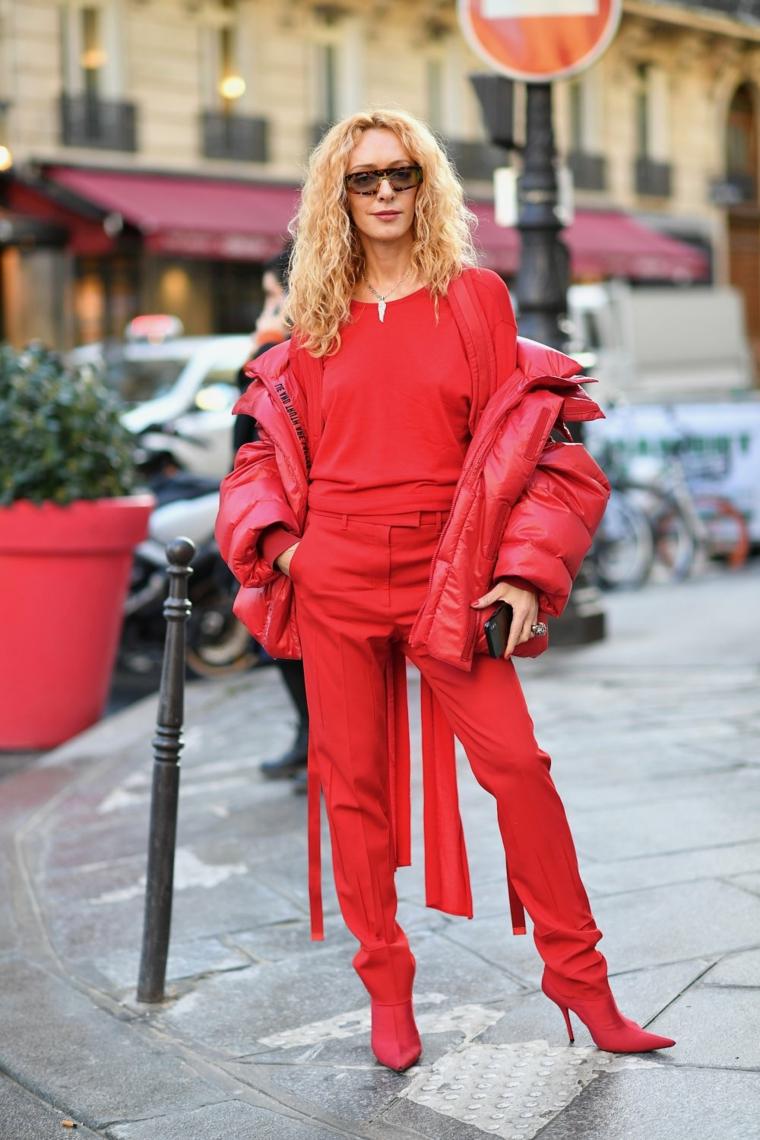 acconciature capelli medi mossi colore biondo ragazza abiti rossi occhiali da sole