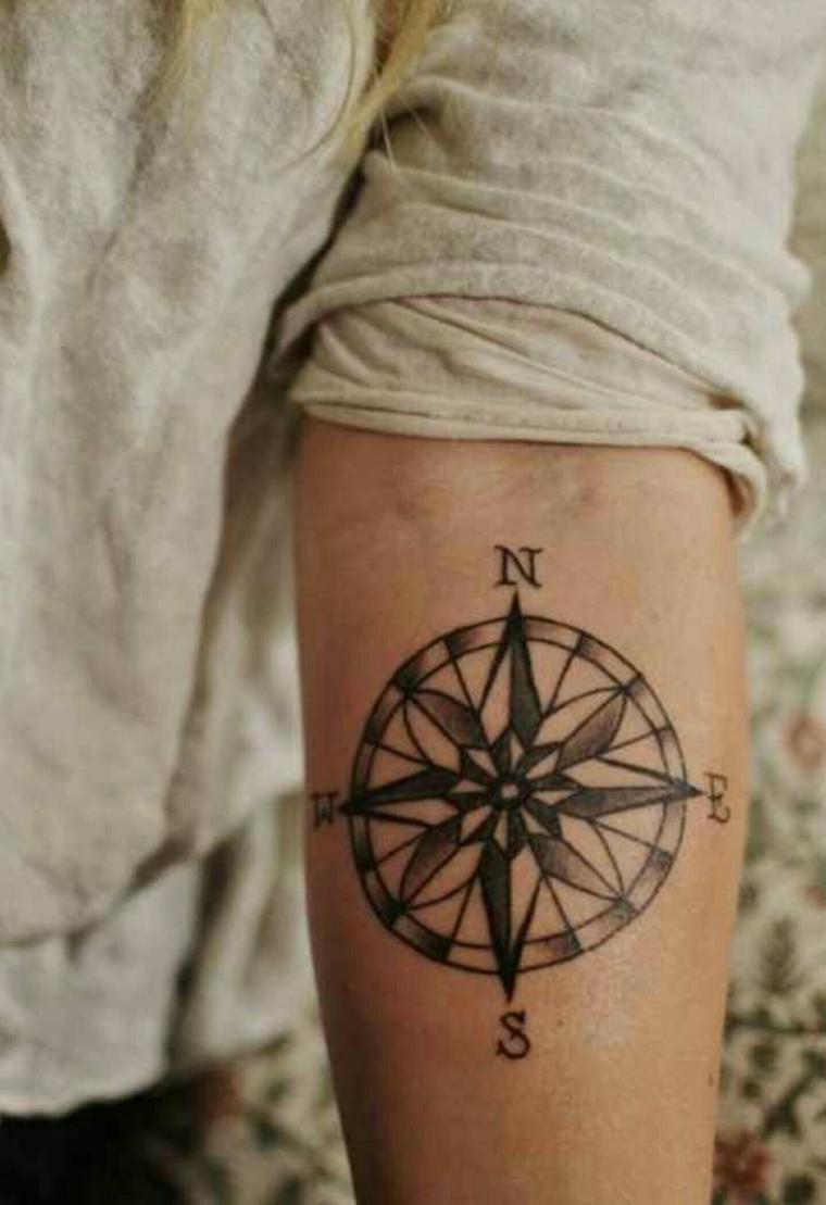 avambraccio donna rosa dei venti tattoo direzioni cerchio stella polare bussola