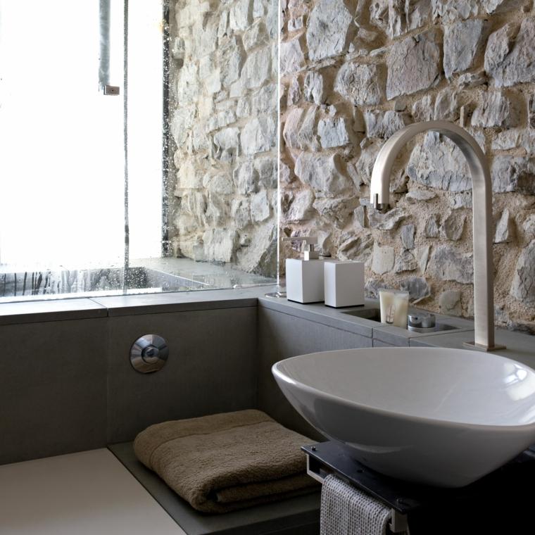 bagno mobile lavabo appoggio parete rivestita pietra asciugamani porta vetro