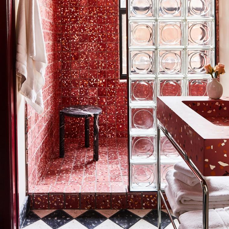 box doccia bagno piastrelle mosaico rosse mobile lavabo vaso fiore porta vetro