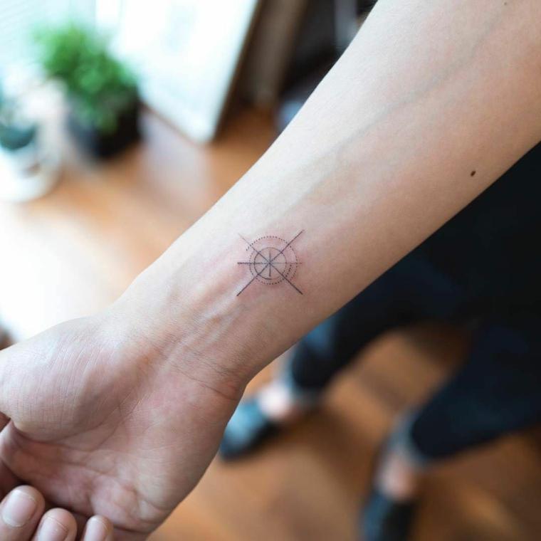 bussola rosa dei venti polso mano disegno tattoo minial donna tatuaggio marinai