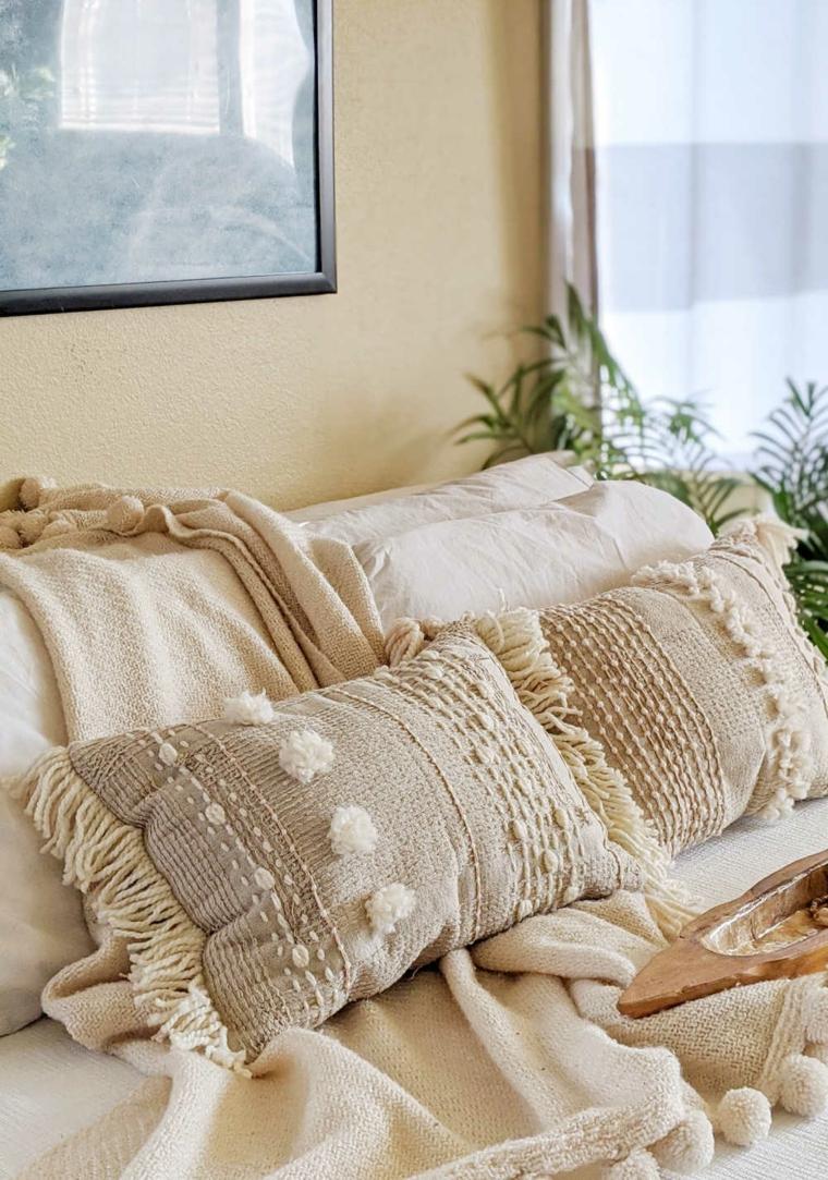 camera da letto fodere cuscini colore grigio nappe pompon lenzuola vasi piante