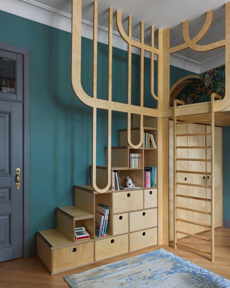 cameretta a ponte scale legno cassetti pareti blu porta tappeto scala armadio