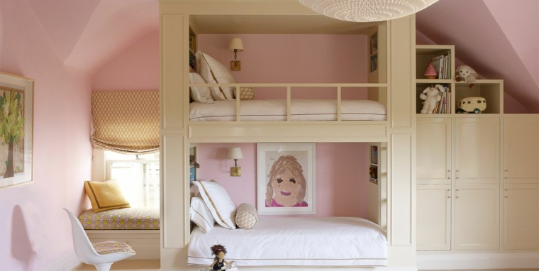 cameretta bambini 2 letti castello legno armadio pareti rosa soffitto pendenza
