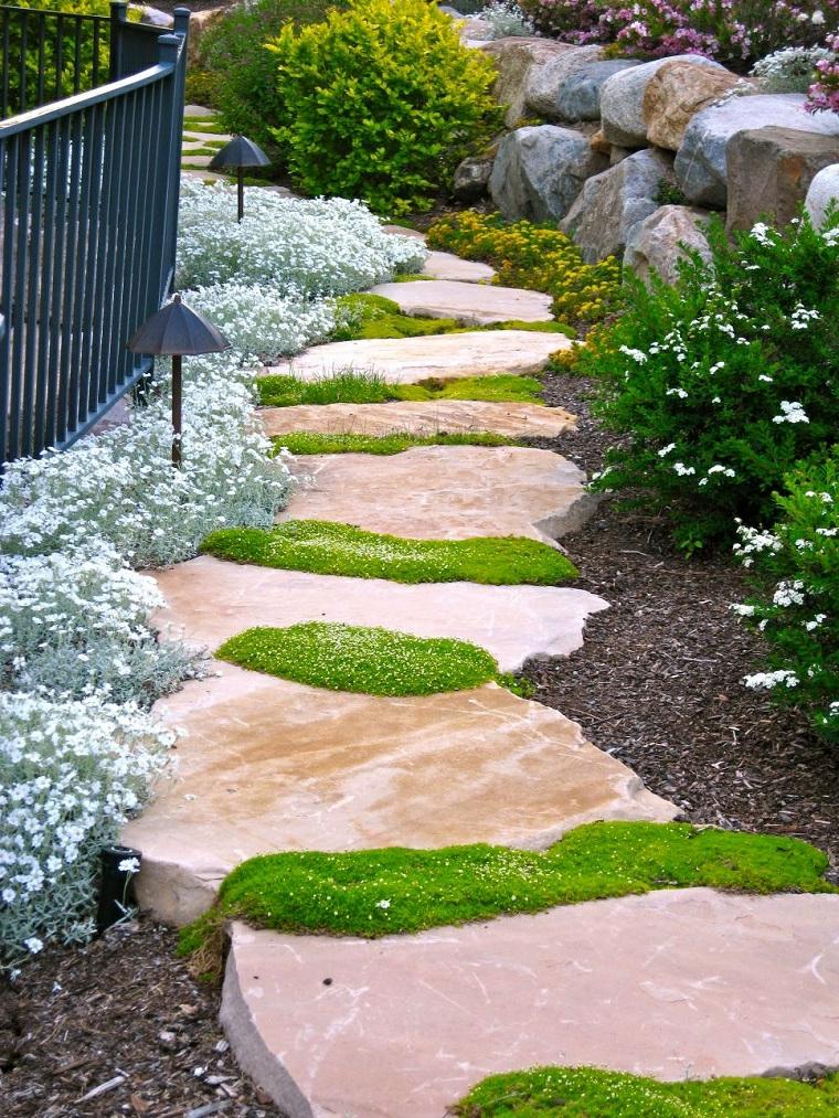 camino sentiero pietra erba fiori ghiaia aiuole da giardino in pietra recinzione metallo