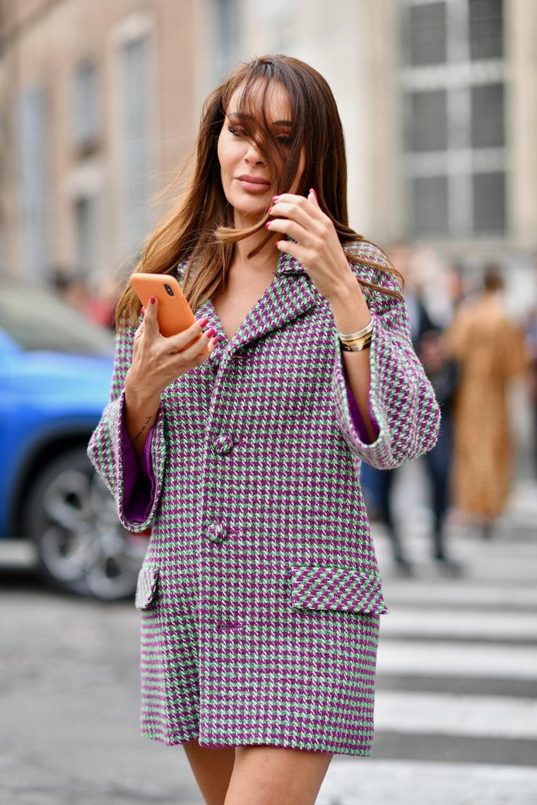 capelli lunghi con frangia donna pettinatura colore castano liscio telefono