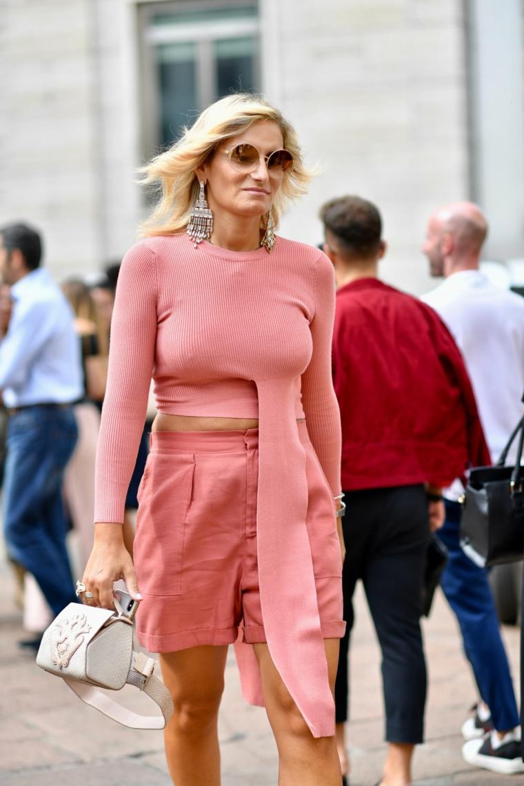 capelli scalati lunghi colore biondo occhiali da sole abiti rosa orecchini pendenti