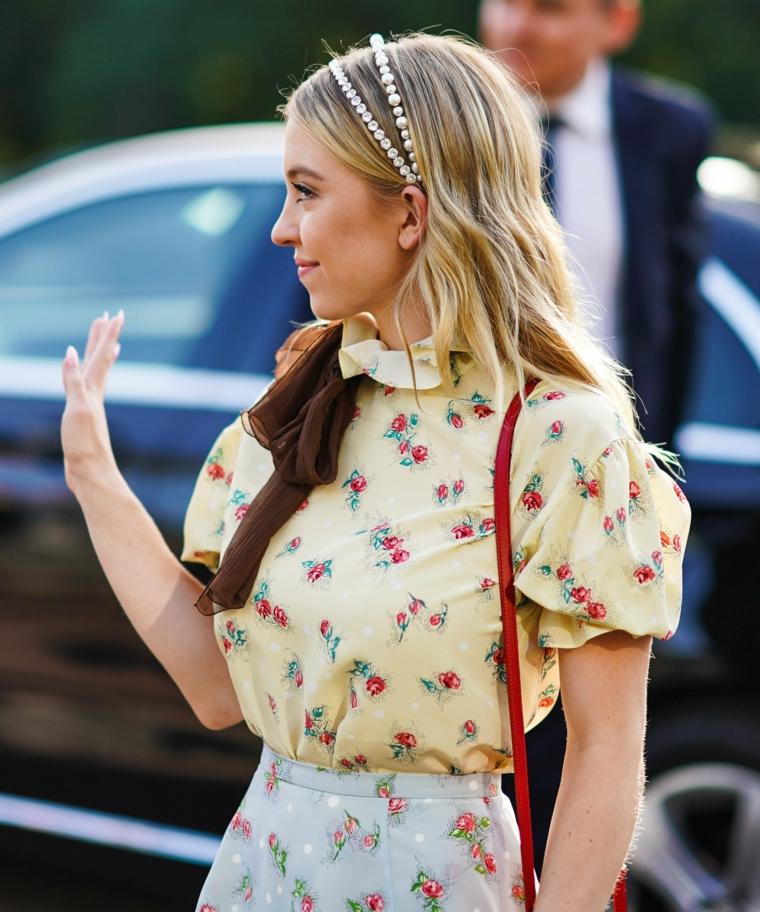 cerchietto perle tagli capelli lunghi lisci colorazione biondo camicia gialla donna