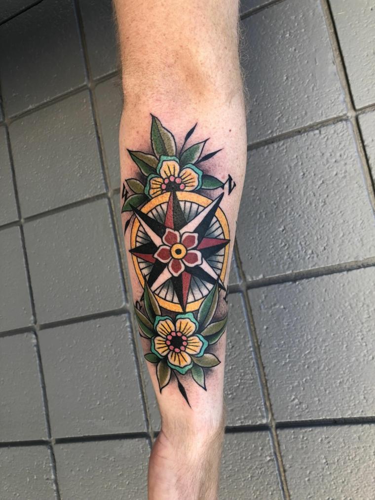 che cos è la rosa dei venti braccio avambraccio tatuaggio uomo tatto fiori