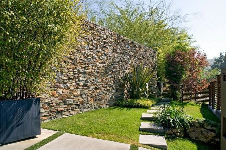 come abbellire un giardino con pietra sentiero erba prato recinzione mattoni