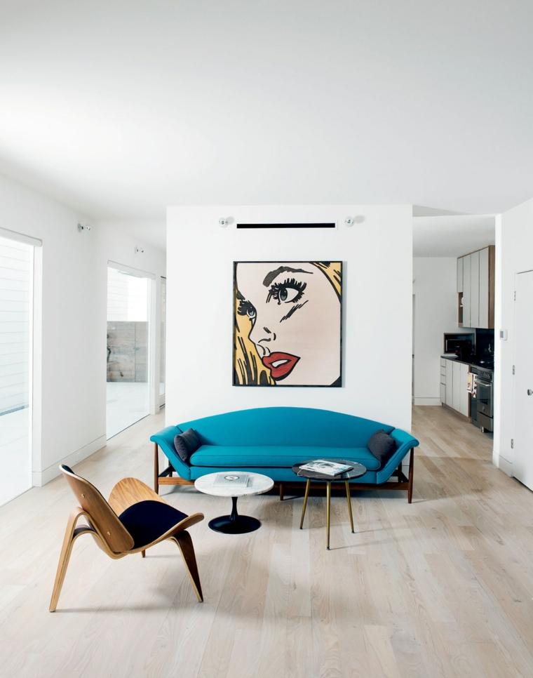 come arredare il salotto divano blu tavolini bassi sedia pop art quadro pavimento parquet