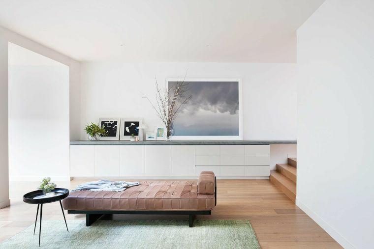 come arredare il salotto divano tavolino rotondo parete decorazioni scale interne