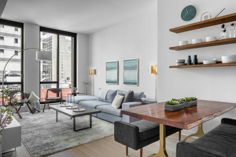 come arredare sala e salotto insieme mensole legno tavolo divano tavolino finestre tappeto