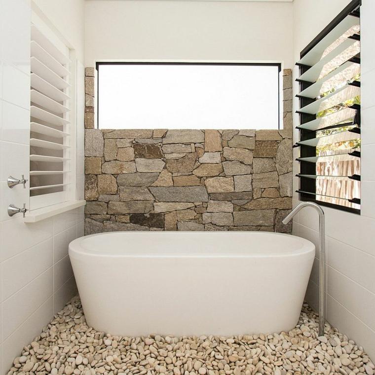 come arredare un bagno piccolo rettangolare vasca freestanding parete pietra finestra