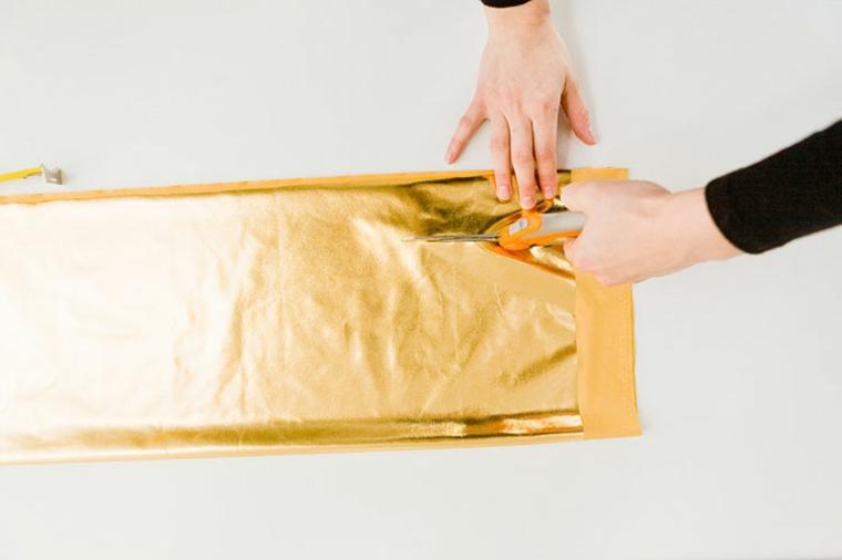 come cucire una cerniera in un cuscino tessuto oro ritagliare mani donna