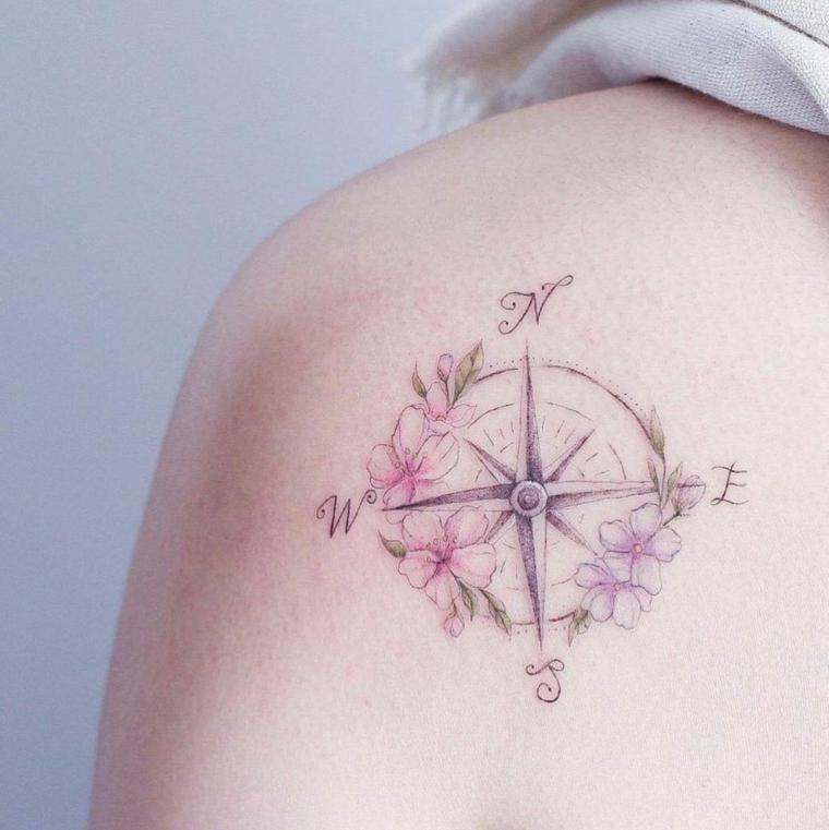come disegnare la rosa dei venti tattoo spalla donna colorato direzioni bussola