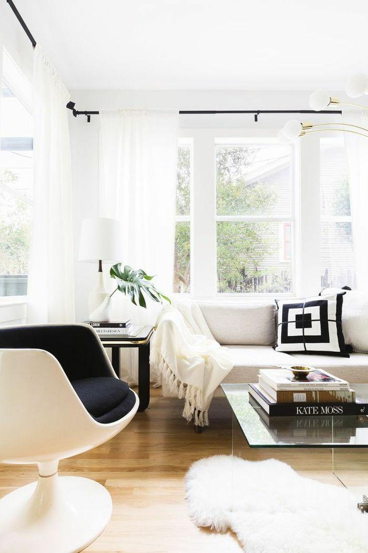 come disporre i divani in soggiorno pavimento legno parquet finestre lampadario binario