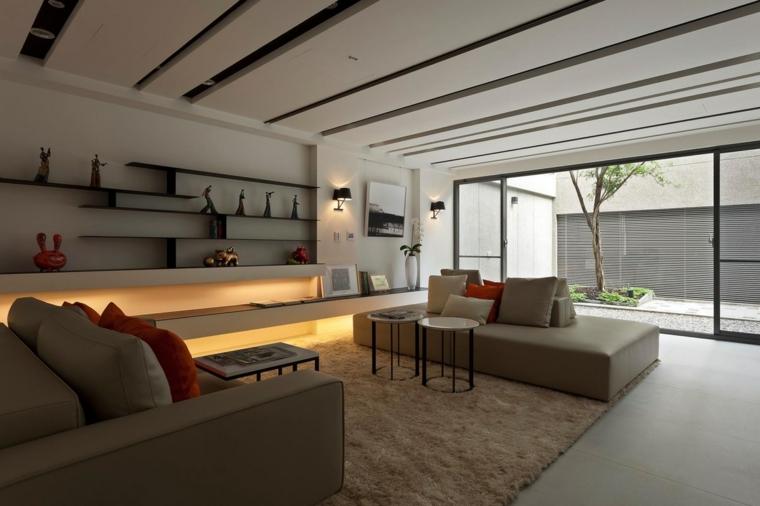 come disporre i divani in soggiorno tappeto parete mensole decorazioni travi legno finestra