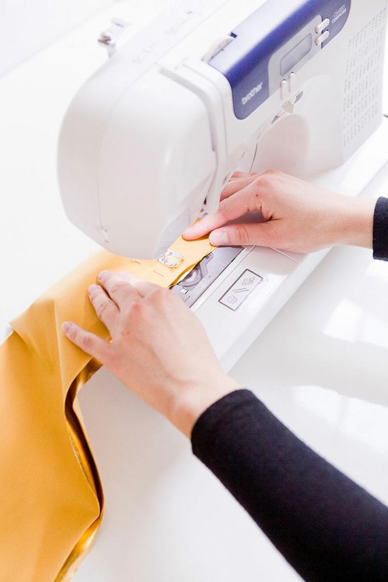 come rivestire un cuscini tessuto colore oro macchina da cucito mani donna