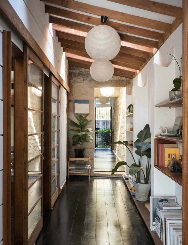 corridoio mensole vasi piante ornamenti da interno casa travi di legno libri