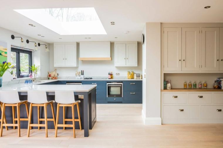 cucina con isola e tavolo sgabelli legno pavimento parquet faretti finestra