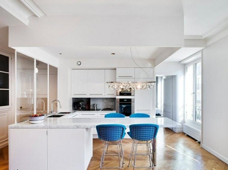 cucina con piccola penisola colore bianco top marmo sgabelli pavimento legno parquet