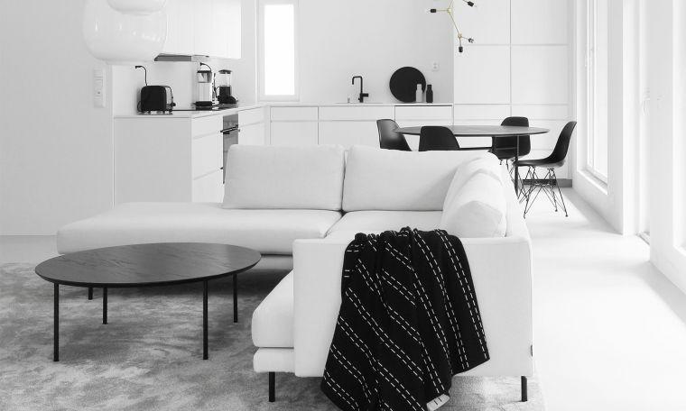 cucina soggiorno open space tavolo da pranzo tavolino divano angolare bianco