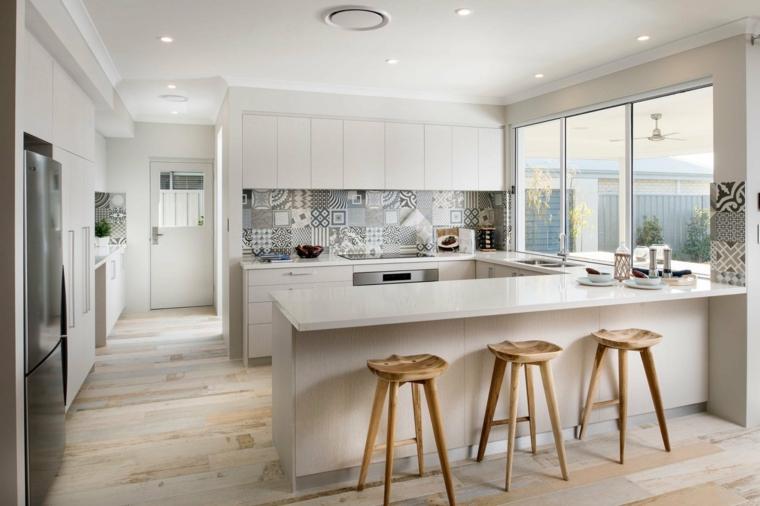 cucine moderne con frigo esterno isola sgabelli legno paraschizzi piastrelle