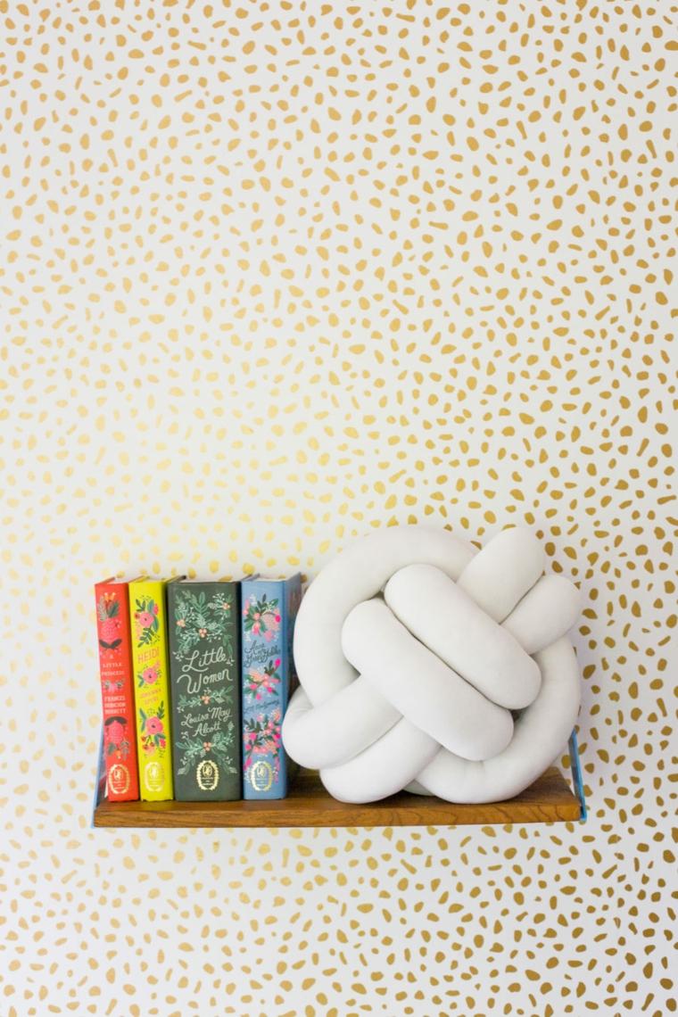 cuscini decorativi per divano nodo tessuto bianco libri mensola legno parete
