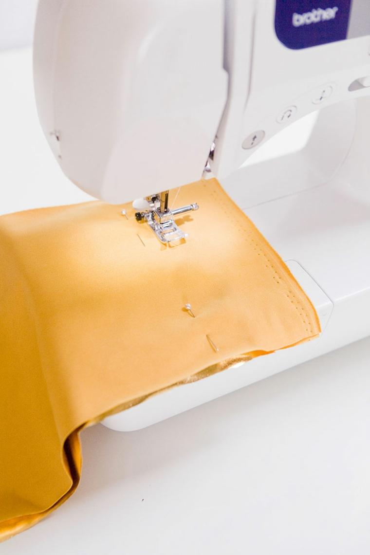 cuscini decorativi per divano tessuto colore oro macchina cucito cuciture bordi