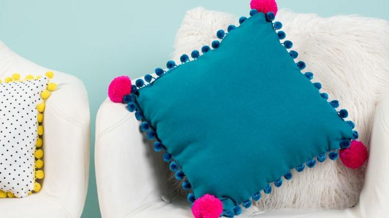 cuscini fai da te per esterno forma rettangolare tessuto blu decorazioni pompon