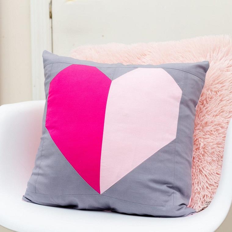 cuscino fai da te design cuore tessuto colore grigio disegno sedia plastica