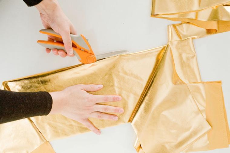 cuscino fai da te tessuto colore oro forbici ritagliare cucire mani donna