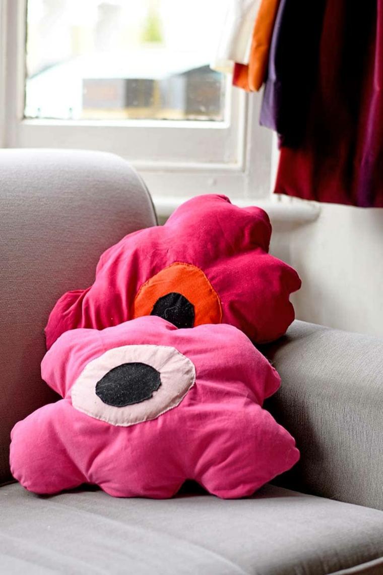 cuscino fai da te tutorial divano grigio design fiore tessuto rosa finestra soggiorno