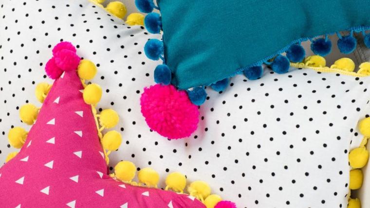 cuscino fai da te tutorial forma stella decorazioni pompon fili lana colorati