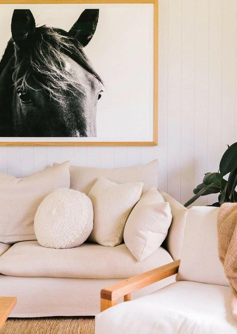 decorazione cornice foto cavallo divani per piccoli spazi cuscini colore beige poltrona