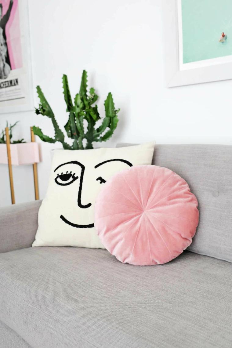 disegno fodera cuscino faccia divano grigio vaso pianta soggiorno parete bianca
