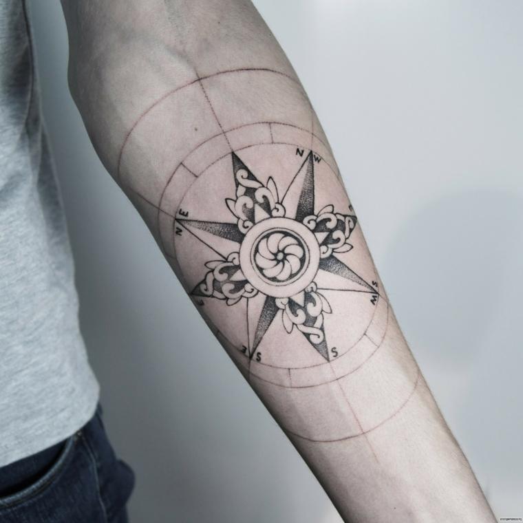 disegno rosa dei venti avambraccio uomo cerchio fiori braccio tatuato