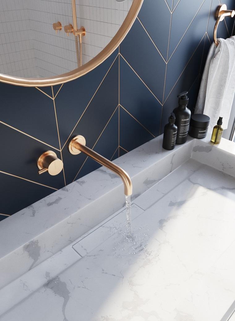 esempi disposizione piastrelle bagno rivestimento blu specchio cornice oro lavabo marmo