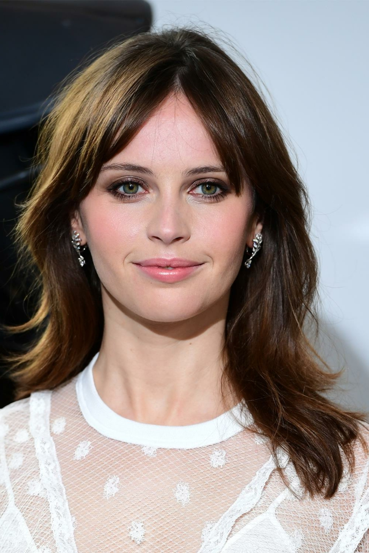 felicity jones capelli scalati lunghi acconciatura colore castano frangia donne
