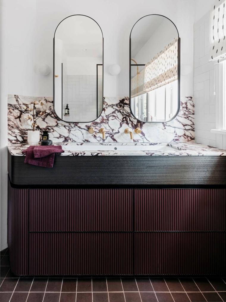 idee rivestimento bagno mobile lavabo legno due specchi pavimento piastrelle rosse