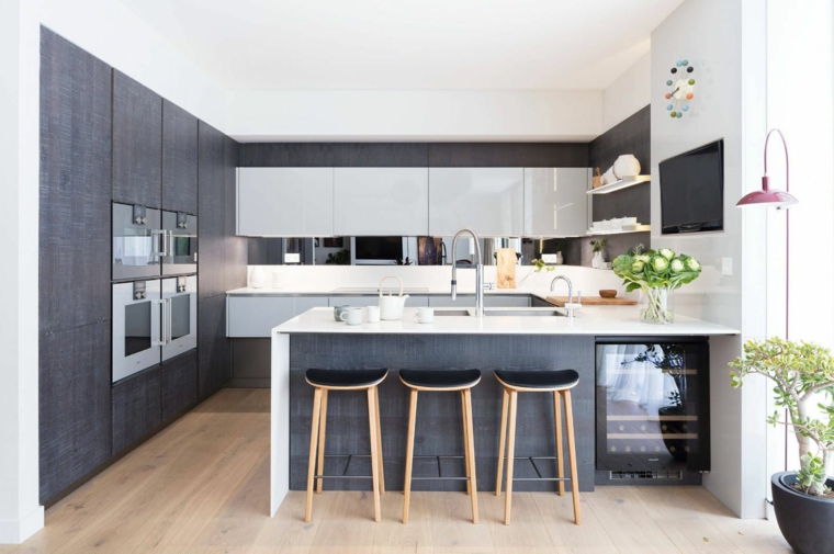 immagini cucine moderne tavolo isola sgabelli frigo vino vasi piante