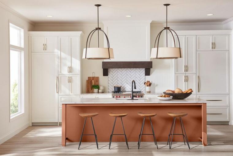 isola sgabelli cucine classiche con frigo esterno lampadario pavimento legno parquet
