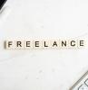 lavorare da freelance computer tastiera scritta penna scrivania
