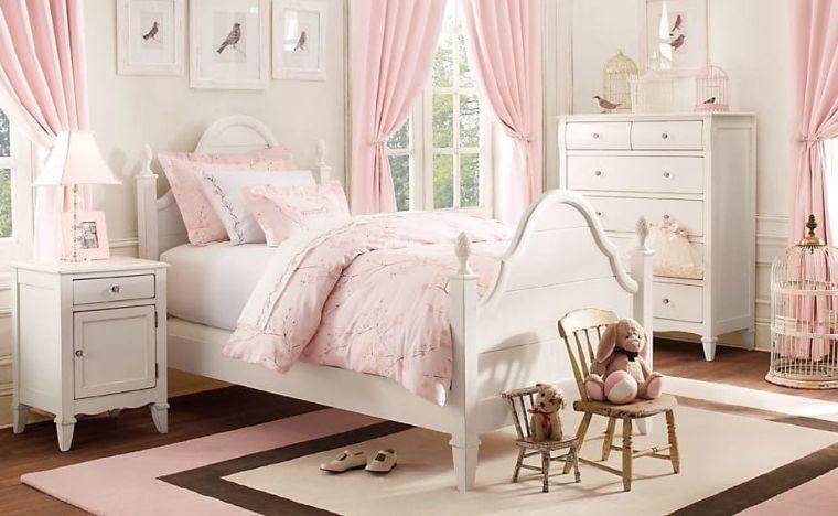 mobili legno bianco tende pareti rosa arredamento cameretta bimba tappeto finestra