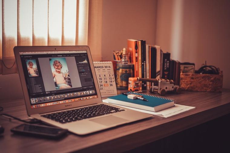 notebook computer portatile scrivania libri lavorare da casa freelancer
