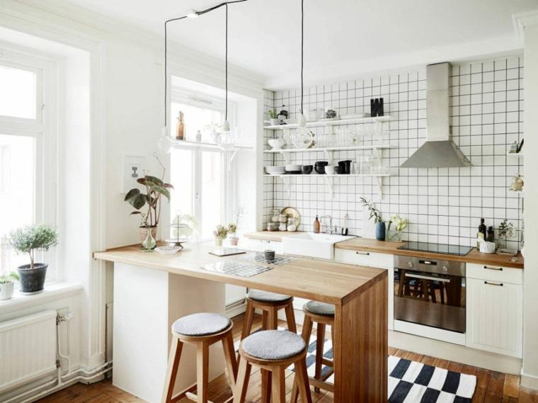 paraschizzi piastrelle cucina con piccola penisola sgabelli tavolo legno lampada cappa finestre